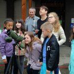 Observation des faucons pèlerins par les enfants de l'Ecole du Centre